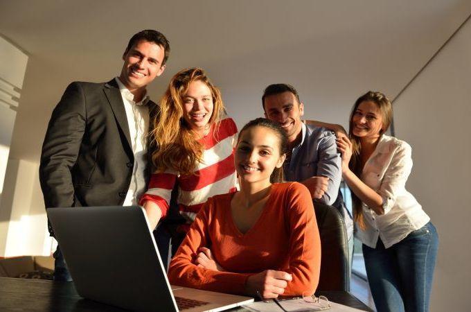 11 motive pentru care e bine sa ai prieteni la locul de munca (Infografic)